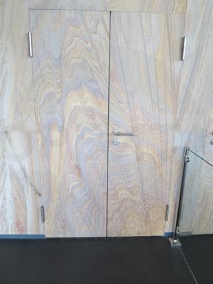 Противопожарные усиленные двери с наружными петлями и пределом огнестойкости EI-30 (30 минут), 38 Дб, декоративная каменная плитка из песчаника, пр-во Forma, Россия