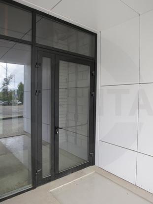 Дверь профильная утепленная со встроенным стеклопакетом. Нажимная ручка