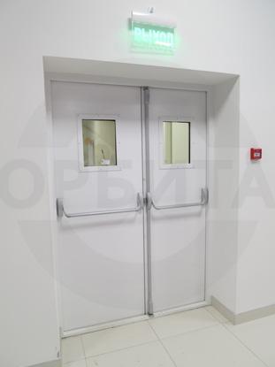 Дверь внутренняя утепленная двустворчатая противопожарная (огнестойкая) EI-60, с окнами из противопожарного стеклопакета «Pilkington». Производитель: Россия, г.Казань. Ручка системы «Антипаника», для противопожарных дверей, со встроенным цилиндром, «DORMA» Германия. Цилиндр «Doorlock», Россия. Доводчик для усиленных дверей «ЕСО», Германия