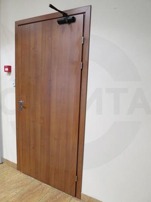 Дверь ламинированная усиленная для офиса, цвет – Груша. Производитель: «Д.Крафт», Россия. Фурнитура для офисных дверей, цвет – хром. Производитель: «Doorlock», Россия. Доводчик для усиленных дверей «GEZE», Германия