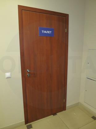 Дверь ламинированная облегчённая для санузлов, цвет – Груша. Производитель: «Д.Крафт», Россия. Фурнитура для санузлов, цвет – хром. Производитель: «Doorlock», Россия