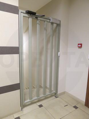 Дверь специальная из окрашенной металлической профильной трубы. Производство: Россия.  Доводчик для усиленных дверей «GEZE», Германия