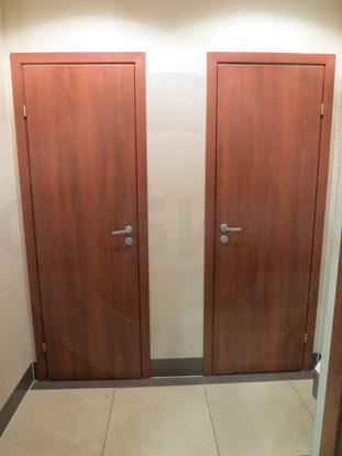 Двери ламинированные облегчённые для санузлов, цвет – Груша. Производитель: «Д.Крафт», Россия. Фурнитура для санузлов, цвет – матовый хром. Производитель: «Doorlock», Россия.