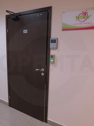 Дверь ламинированная облегчённая для офиса покрытие CPL, цвет – тёмный Дуглас. Производитель: «Д.Крафт», Россия. Фурнитура для офисных дверей, цвет – Хром. Производитель: «Doorlock», Россия. Доводчик для дверей «GEZE», Германия. Система доступа в помещение: «СКУД»