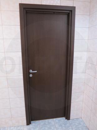 Дверь ламинированная облегчённая для санузлов покрытие CPL, цвет – тёмный Дуглас. Производитель: «Д.Крафт», Россия. Фурнитура для санузлов, цвет – матовый Хром. Производитель: «Doorlock», Россия
