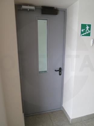 Дверь металлическая противопожарная (огнестойкая), EI 60, с окном из противопожарного стеклопакета «PILKENTON». Цвет RAL 7035. Производитель: «PADILLA», Испания. Доводчик для усиленных дверей «GEZE», Германия. Система доступа в помещение: «СКУД»