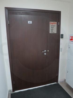 Дверь полуторная распашная ламинированная облегчённая (финского типа) для офиса. Покрытие CPL, цвет – тёмный Дуглас. Производитель: «Д.Крафт», Россия. Фурнитура для офисных дверей, цвет – Хром. Производитель:«Doorlock», Россия. Доводчик для дверей «GEZE», Германия. Система доступа в помещение: «СКУД»