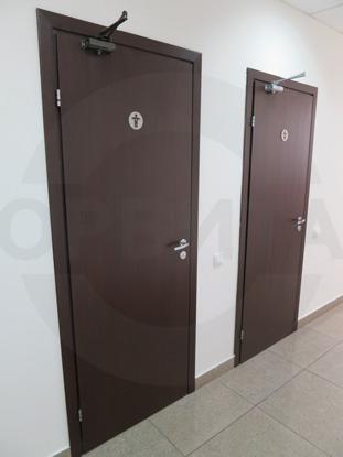 Дверь ламинированная облегчённая для санузлов покрытие CPL, цвет – тёмный Дуглас. Производитель: «Д.Крафт», Россия. Фурнитура для санузлов, цвет – Хром. Производитель: «Doorlock», Россия. Доводчик для дверей «GEZE», Германия
