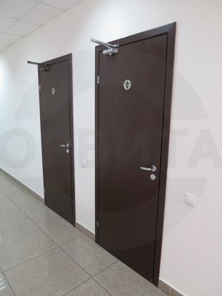 Дверь ламинированная облегчённая для санузлов покрытие CPL, цвет – тёмный Дуглас. Производитель: «Д.Крафт», Россия. Фурнитура для санузлов, цвет – Хром. Производитель:«Doorlock», Россия. Доводчик для дверей «GEZE», Германия
