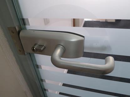 Замок с встроенным цилиндром для стеклянных дверей в алюминиевом профиле