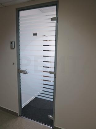 Дверь в алюминиевом окрашенном профиле, цвет RAL 7035. Фурнитура: «HOPPE», Германия. Система доступа в помещение: «СКУД»