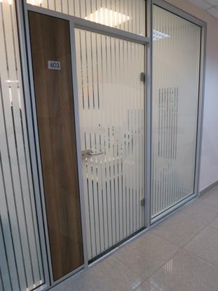 Дверь в алюминиевом окрашенном профиле, цвет RAL № 7035, в системе офисных перегородок. Фурнитура: «HOPPE», Германия