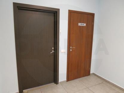 Дверь ламинированная облегчённая для офиса, цвет – Груша. Производитель: «Д.Крафт», Россия. Фурнитура для офисных дверей, цвет – Хром. Производитель:«Doorlock», Россия