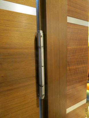 Двери с иллюминатором и маятниковыми петлями