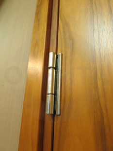 Офисные внутренние распашные (двустворчатые) шумоизоляционные двери: клеёный массив клёна(38 db), производство: Эстония. Ручка: нержавеющая сталь. Замок, скрытый доводчик и петли: «ABLOY»