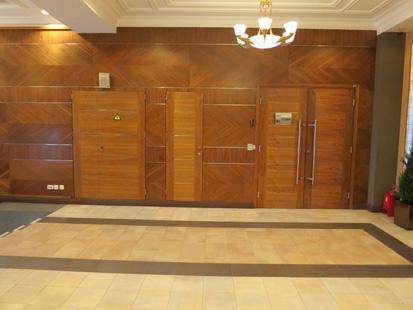 Офисные внутренние распашные шумоизоляционные двери: клеёный массив клёна(38 db). Ручка: нержавеющая сталь. Замок, скрытый доводчик и петли: «ABLOY». Производство: Эстония