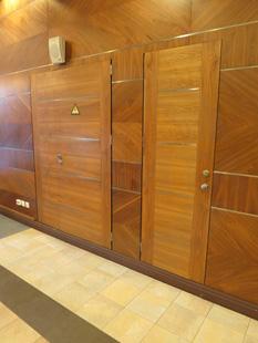 Офисные внутренние распашные (полуторные и одностворчатые) шумоизоляционные двери: клеёный массив клёна(38 db). Ручка: нержавеющая сталь. Замок, скрытый доводчик и петли: «ABLOY». Производство: Эстония