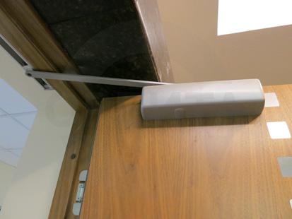 Офисные внутренние шумоизоляционные двери с декоративными вставками из нержавеющей стали: клеёный массив клёна (38 db), производство: Эстония. Ручка: нержавеющая сталь. Замок, внешний доводчик и петли: «ABLOY»