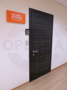 Входная металлическая дверь с декоративной панелью из МДФ. Внешний доводчик: «DORMA». Производство: Россия, г.Клин