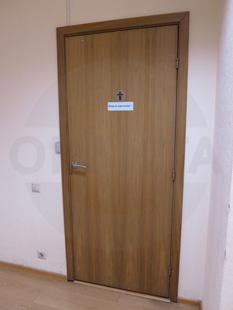 Офисная усиленная дверь. Заполнение: клеёная сосна, покрытая натуральным шпоном ореха. Производство: Россия
