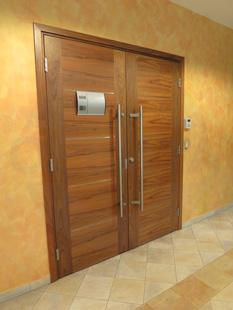 Офисная внутренняя распашная (двустворчатая) Шумоизоляционная дверь, с декоративными вставками из нержавеющей стали: клеёный массив клёна(38 db). Ручка: нержавеющая сталь. Замок, внешний доводчик и петли: «ABLOY». Производство: Эстония