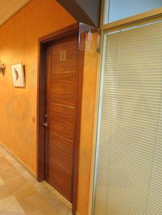 Офисная внутренняя однопольная Шумоизоляционная дверь, с декоративными вставками из нержавеющей стали: клеёный массив клёна(38 db). Ручка: нержавеющая сталь. Замок, внешний доводчик и петли: «ABLOY». Производство: Эстония