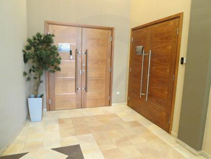 Офисные внутренние распашные (двустворчатые) шумоизоляционные двери: клеёный массив клёна(38 db). Ручка: нержавеющая сталь. Замок, скрытый (встроенный), доводчик и петли: «ABLOY». Производство: Эстония