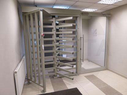 Система доступа. Карусельная стальная техническая дверь с эл.магнитным эамком.