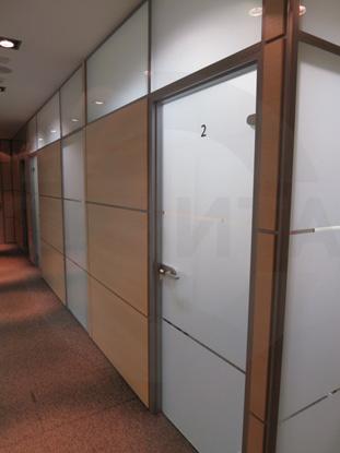 Офисные стеклянные перегородки с элементами навесных панелей с покрытием CPL цвета Бук и безрамными стеклянными дверьми