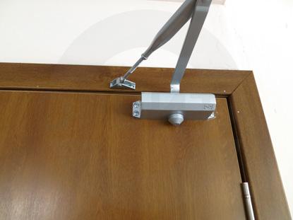 Дверной доводчик для пластиковой двери Kapelli/КАПЕЛЬ в цвете Золотой Дуб