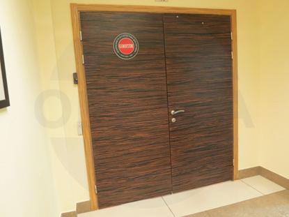 Усиленная офисная дверь, облицованная натуральным шпоном Зебрано