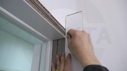 4.3 Подрежьте по высоте коробки вертикальные и горизонтальные планки добора, учитывая глубину паза.